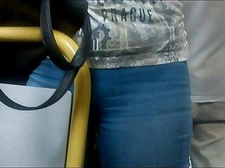 Ventenne appoggia la figa sul bus..